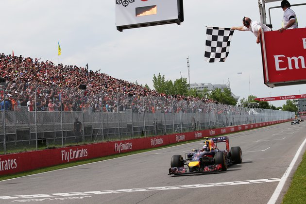 Daniel_Ricciardo_takes_the_flag