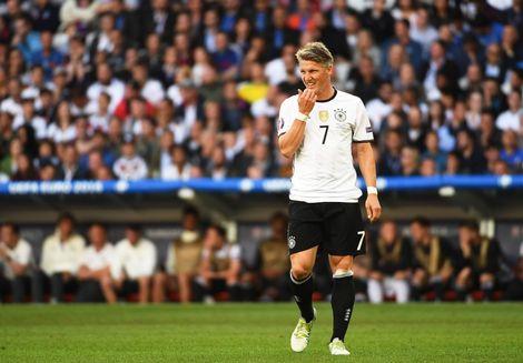 Bastian+Schweinsteiger+viel+zondag+in+tijdens+de+zege+van+Duitsland+op+Slowakije-