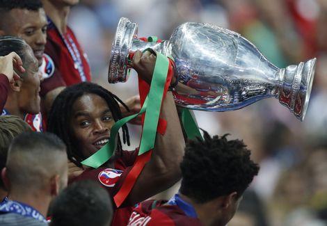Renato+Sanches+mag+naast+de+EK-trofee+nog+een+prijs+mee+naar+Portugal+nemen