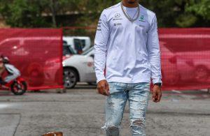 Hamilton sleept hond Roscoe mee naar persconferentie