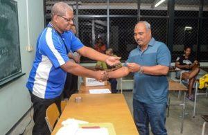 Verdy Getrouw (r) heeft het roer bij de Surinaamse Volleybalbond overgenomen van Claudius Straal